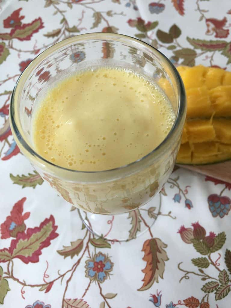 Yogur batido con mango, receta fácil de lassi